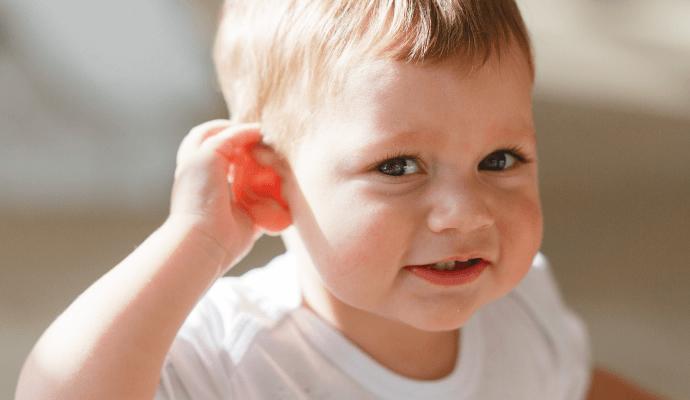 Il bambino e l'apparecchio acustico